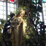 Frau unter dem Kreuz